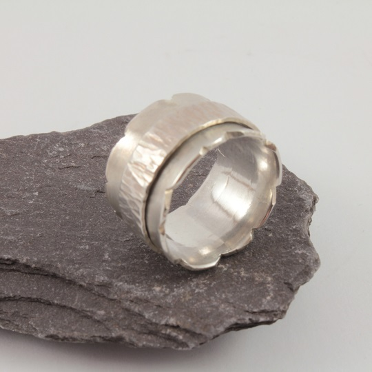 Ragged Edged Ring With Single Spinner